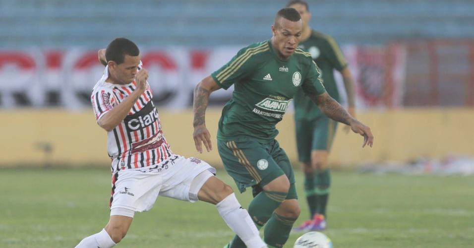 09.mar.2014 - França, do Palmeiras, encara a marcação do Paulista na partida válida pelo Paulistão