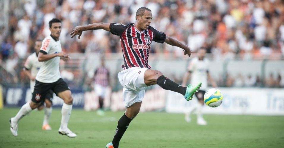 09.mar.2014 - Luis Fabiano tenta controlar a bola durante clássico entre São Paulo e Corinthians