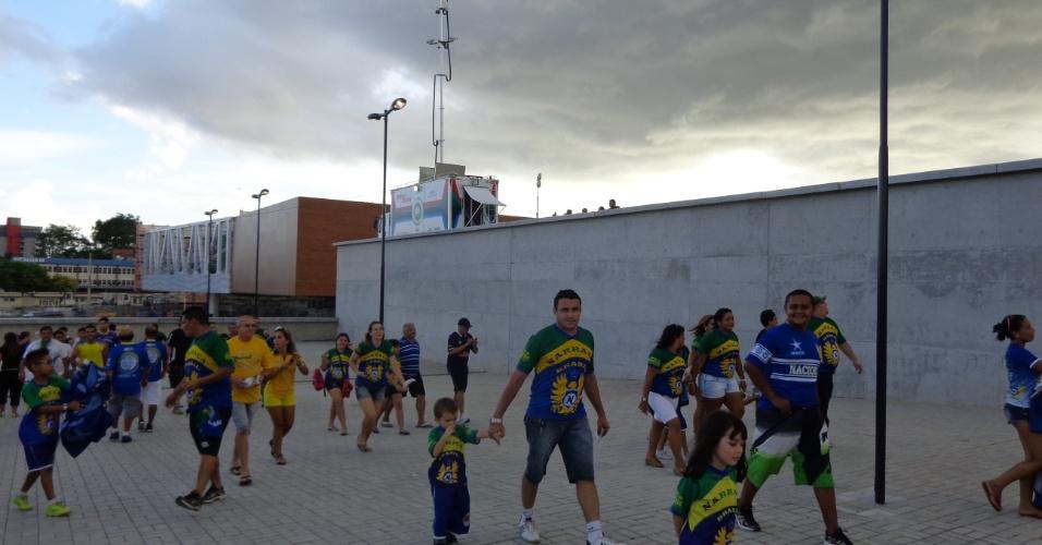 09.mar.2014 - Quem foi de carro precisou estacionar a cerca de 2km de distância. A Arena da Amazônia será palco de quatro jogos da Copa do Mundo