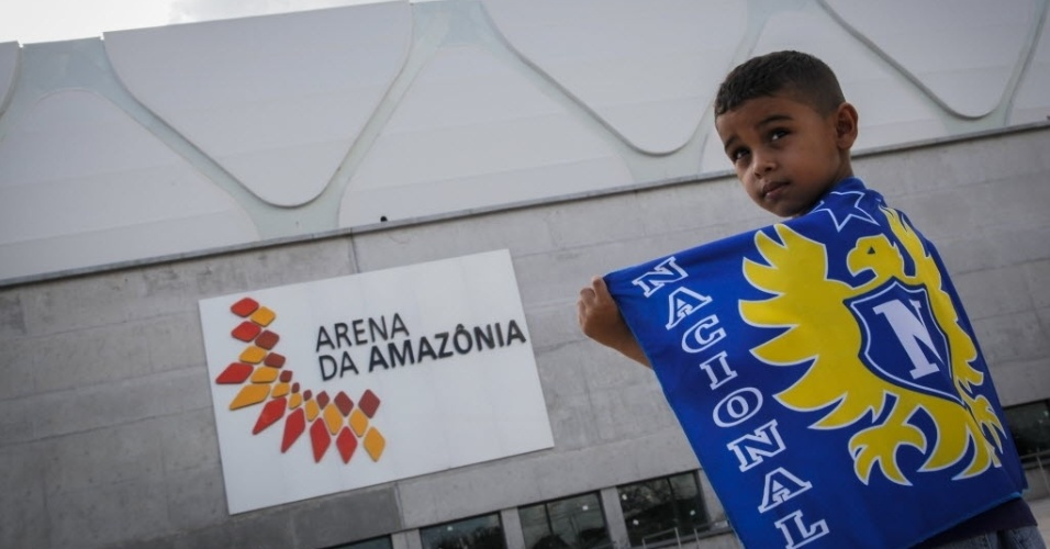 09.mar.2014 - Torcedor carrega bandeira do Nacional antes do jogo de inauguração da Arena da Amazônia. A partida contra o Remo foi válida pelas quartas de final da Copa Verde. O resultado terminou 2 a 2
