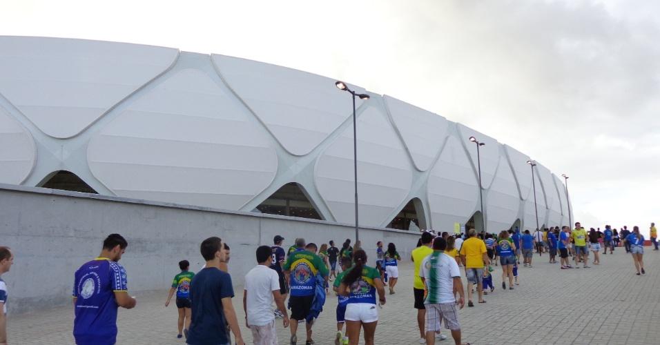 09.mar.2014 - Torcedores cão chegando para o jogo e podem ver a bela fachada da Arena Amazônia