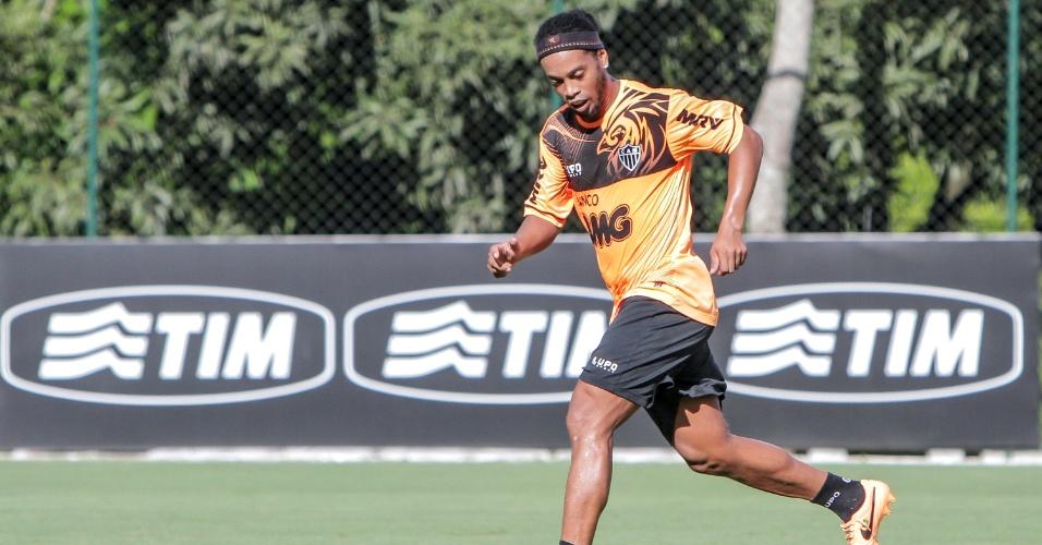 10 mar. 2014 - Ronaldinho Gaúcho durante treino do Atlético-MG na Cidade do Galo