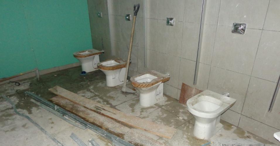 10.mar.2014 - Alguns banheiros ainda não ficaram prontos na inauguração da Arena Amazônia