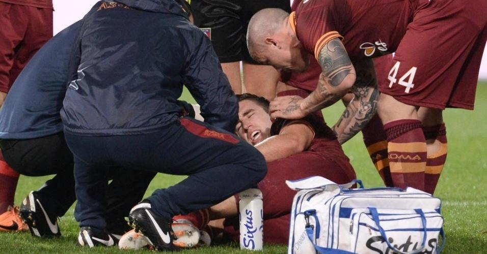 10.mar.2014 - Kevin Strootman grita de dor no gramado após lesionar o joelho na partida entre Roma e Nápoli; meia ficará de fora da Copa do Mundo