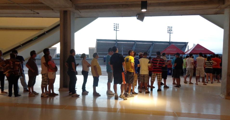 10.mar.2014 - Na hora do lanche, muitos torcedores tiveram que enfrentar filas para conseguir comprar comida e bebida
