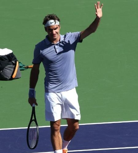 10.mar.2014 - Roger Federer acena para o público após derrotar Dmitry Tursunov em Indian Wells