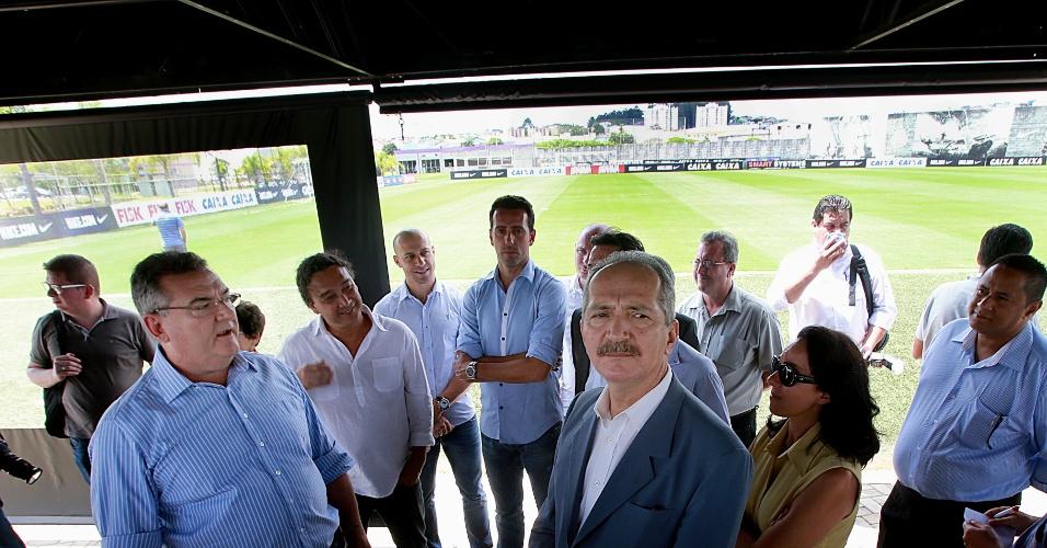 11/03/2013 - Aldo Rebelo, ministro do Esporte, vistoria o CT do Corinthians ao lado de Mario Gobbi, presidente do clube