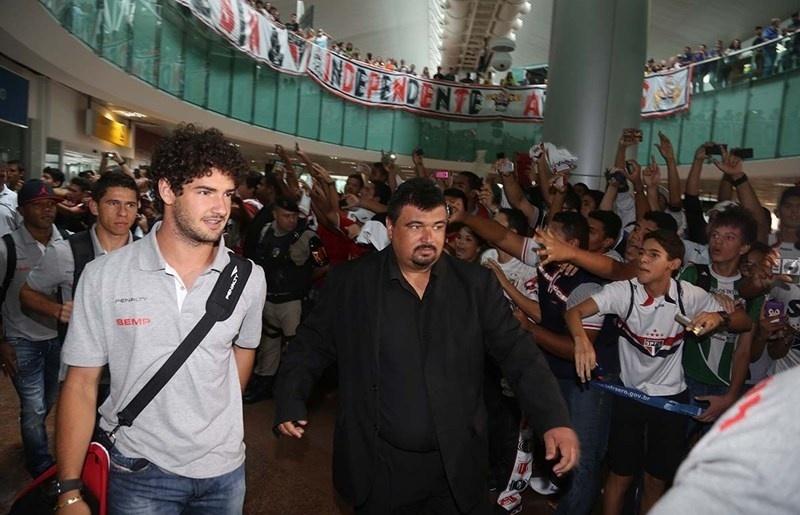 11.mar.2014 - Alexandre Pato chega com o São Paulo ao aeroporto em Maceió