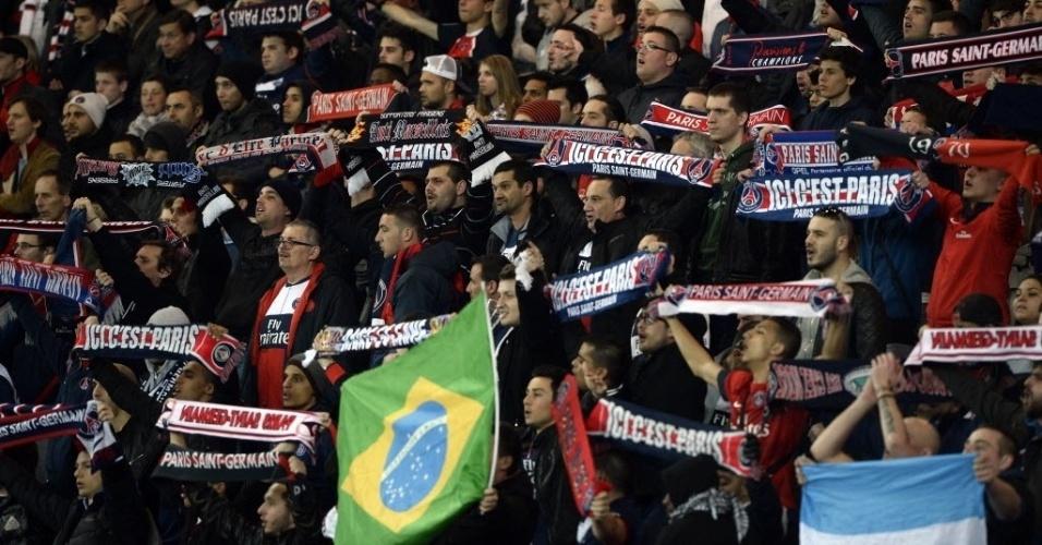 12.mar.2014 - Bandeira do Brasil se destaca na torcida do PSG na partida contra o Bayer Leverkusen
