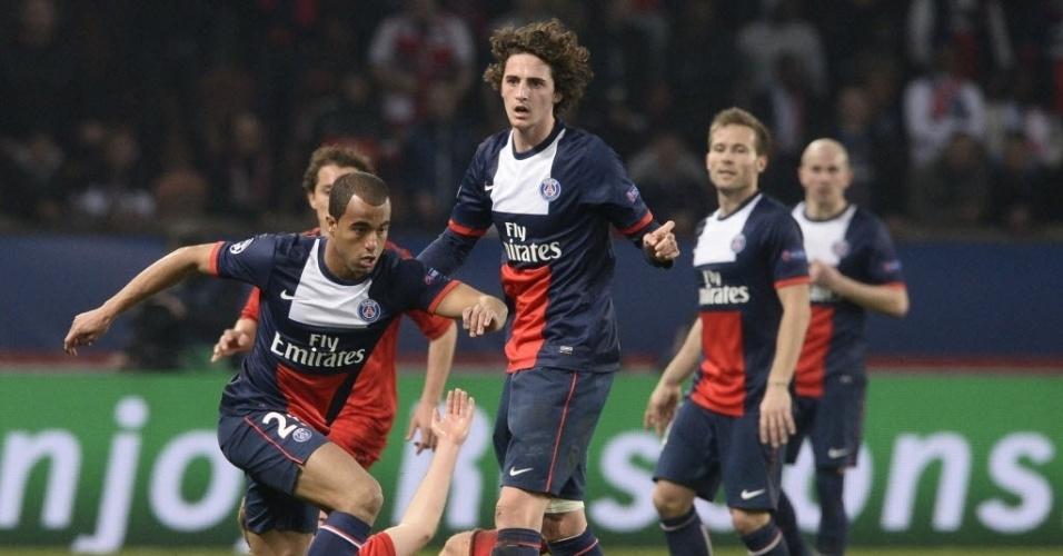 12.mar.2014 - Brasileiro Lucas passa pela marcação do Bayer Leverkusen na vitória do PSG por 2 a 1. O time francês está nas quartas de final da Liga dos Campões da Europa