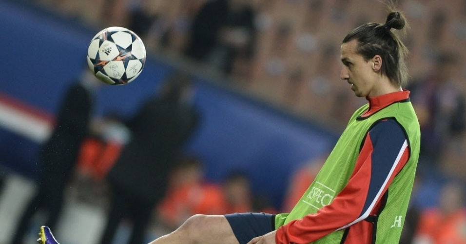 12.mar.2014 - Ibrahimovic faz embaixadinhas no aquecimento antes do jogo entre PSG e Bayer Leverkusen