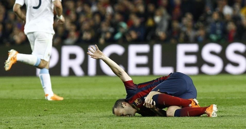 12.mar.2014 - Iniesta sente lesão e fica caído no gramado no jogo do Barcelona contra o Manchester City, pela Liga dos Campeões