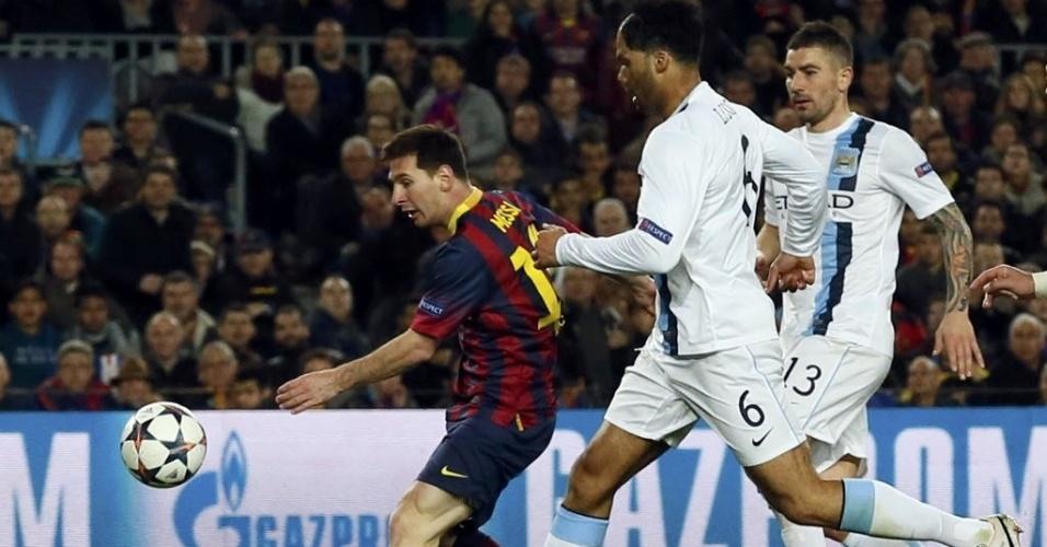 12.mar.2014 - Messi finaliza para colocar o Barcelona na frente do placar contra o Manchester City, pelas oitavas de final da Liga dos Campeões