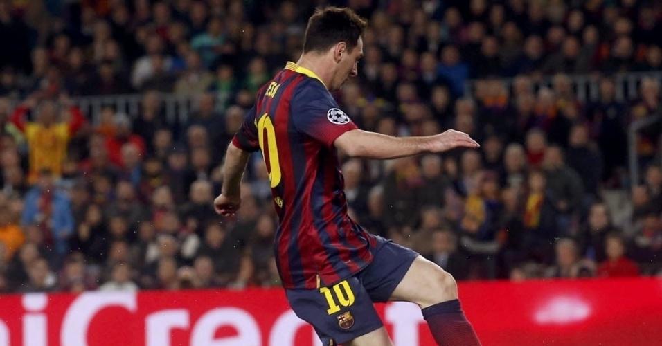 12.mar.2014 - Messi tenta marcar para o Barcelona, mas Joe Hart faz a defesa para o Manchester City pela Liga dos Campeões
