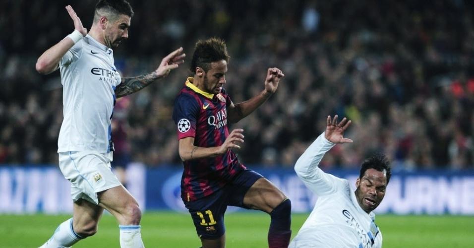 12.mar.2014 - Neymar encara marcação dupla do Manchester City no jogo pelas oitavas de final da Liga dos Campeões