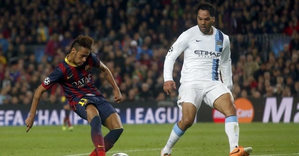 12.mar.2014 - Neymar finaliza, mas não consegue marcar para o Barcelona contra o Manchester City, pela Liga dos Campeões