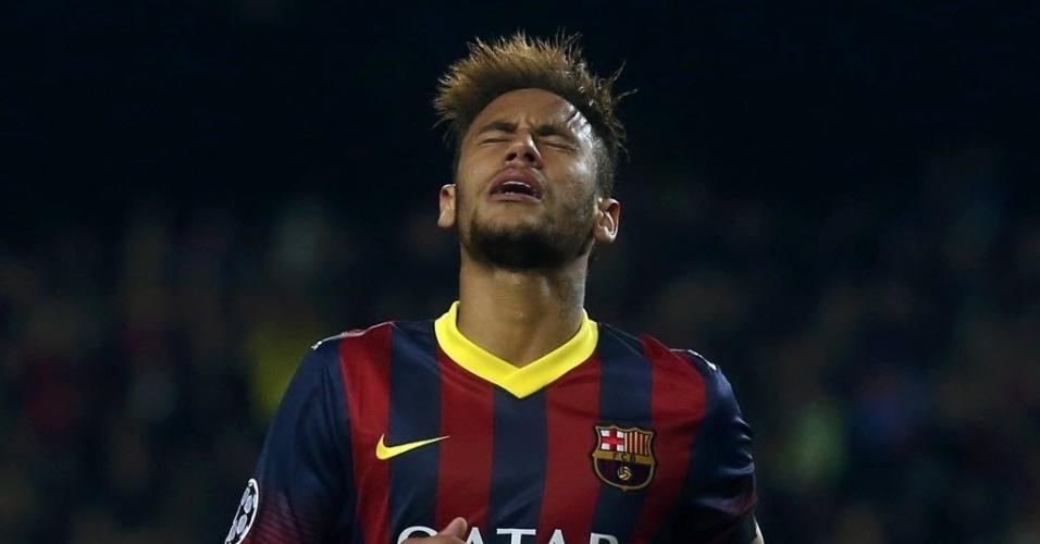 12.mar.2014 - Neymar lamenta oportunidade desperdiçada no jogo entre Barcelona e Manchester City, no jogo de volta pela Liga dos Campeões