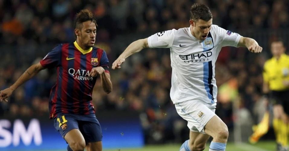12.mar.2014 - Neymar pressiona o meia James Milner na marcação durante a partida entre Barcelona e Manchester City pela Liga dos Campeões