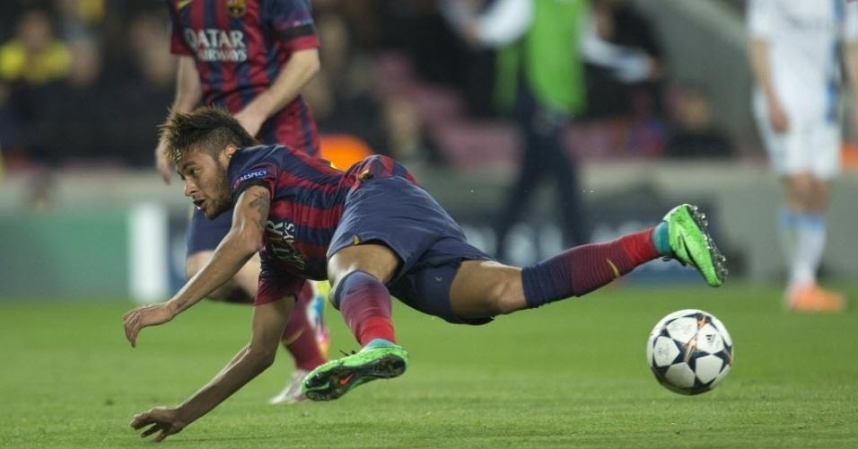 12.mar.2014 - Observado pelo argentino Messi, Neymar vai ao chão na partida entre Barcelona e Manchester City. A presença do brasileiro entre os titulares era dúvida, mas ele começou a partida decisiva pela Liga dos Campeões
