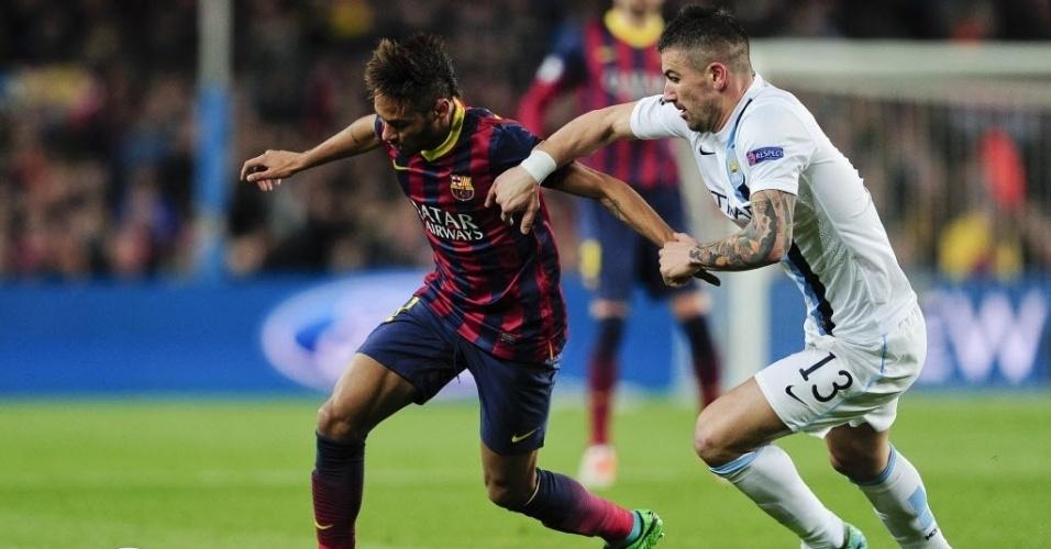 12.mar.2014 - Titular do Barcelona contra o Manchester City, Neymar encara a marcação de Kolarov pelas oitavas de final da Liga dos Campeões da Europa