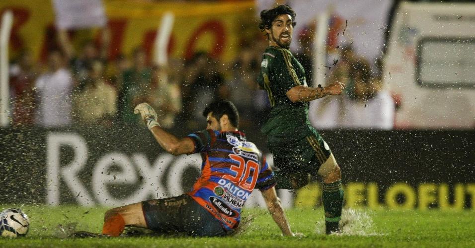 12.mar.2014 - Valdivia dribla goleiro do Vilhena no gramado molhado do estádio Portal da Amazônia em duelo válido pela Copa do Brasil