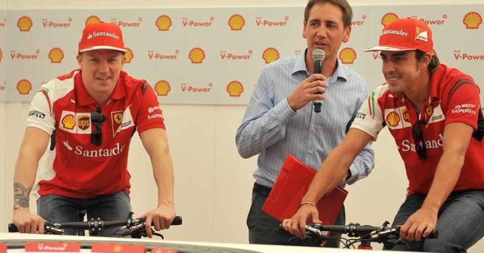 Raikkonen e Alonso pedalam em evento em Melbourne. Embora tenha ficado atrás das equipes com motores Mercedes na pré-temporada, dupla ferrarista sempre esteve entre os primeiros colocados nos testes