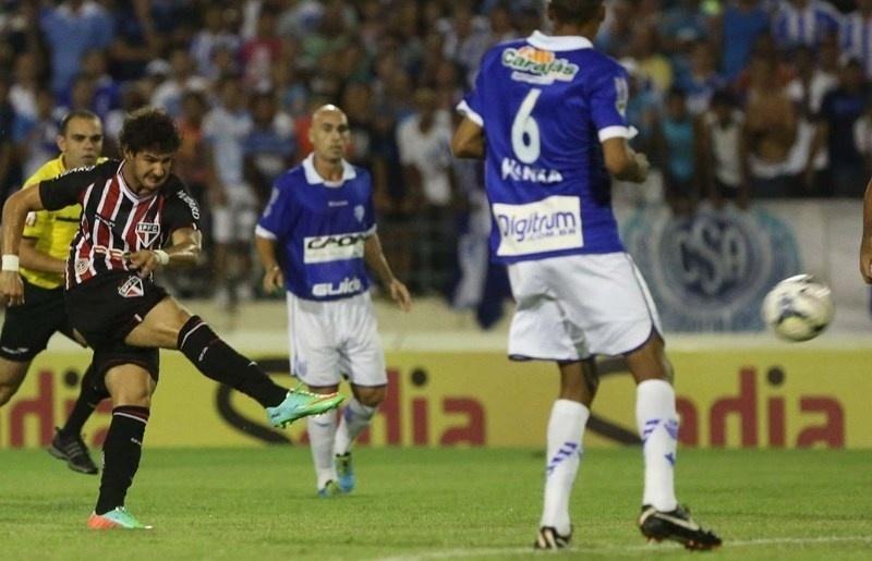 12.03.14 - Alexandre Pato chuta para o gol na partida entre São Paulo e CSA pela Copa do Brasil