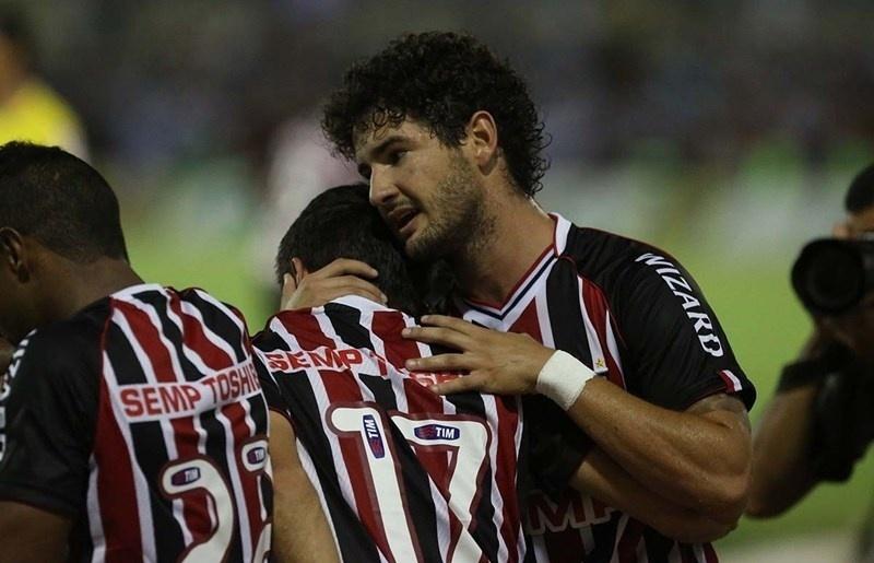 12.03.14 - Pato abraça Osvaldo após gol do São Paulo contra o CSA pela Copa do Brasil