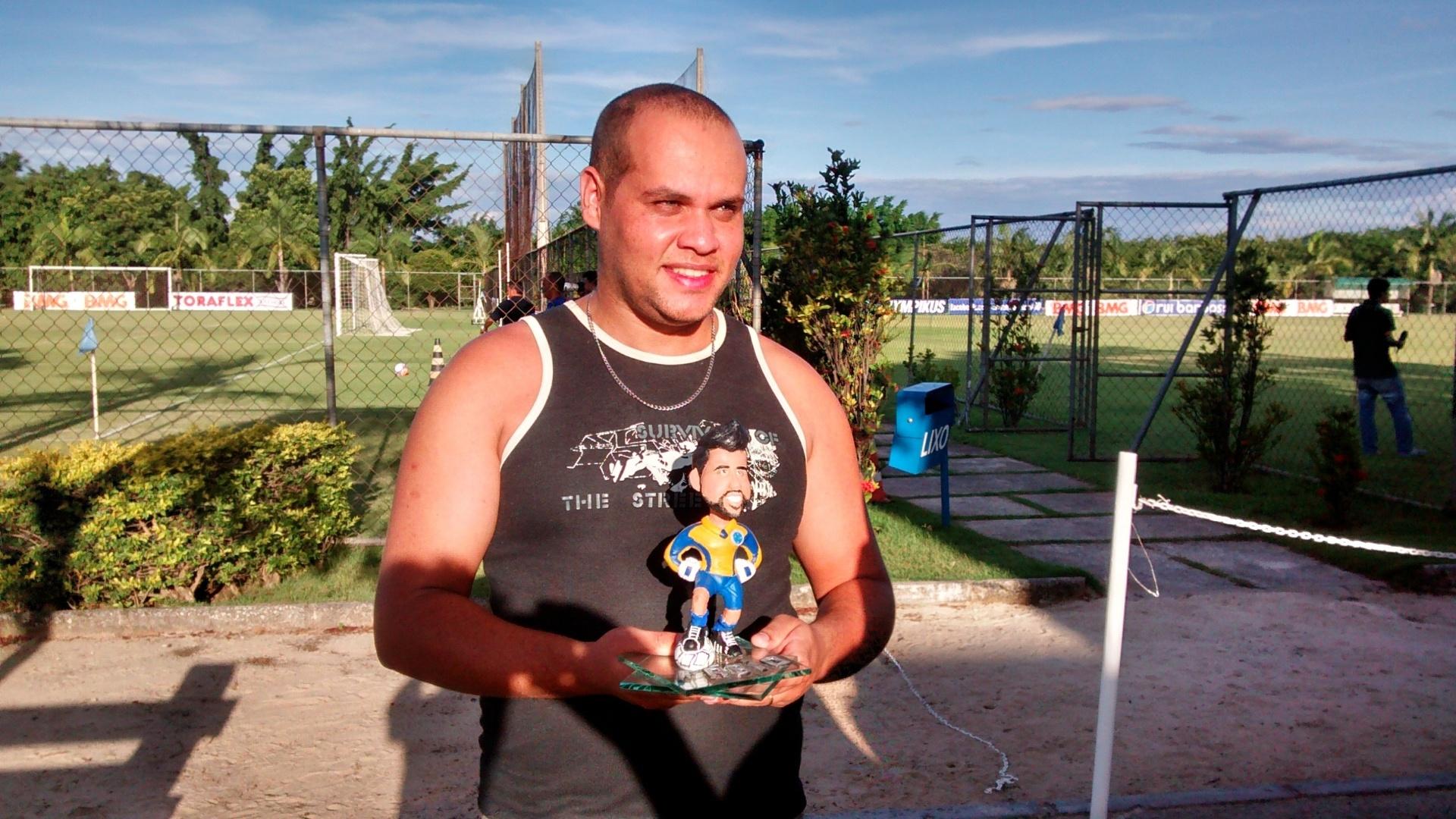 1b9b85b2d6 Artesão atleticano presenteia goleiro Fábio com escultura em miniatura -  13 03 2014 - UOL Esporte