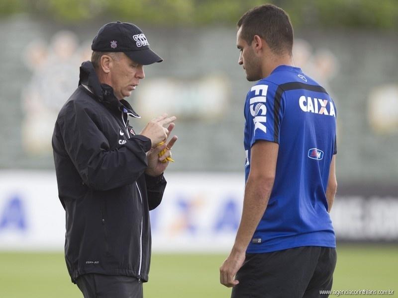 13.03.2014 - Mano Menezes, técnico do Corinthians, orienta Renato Augusto durante o treino da equipe no CT Joaquim Grava