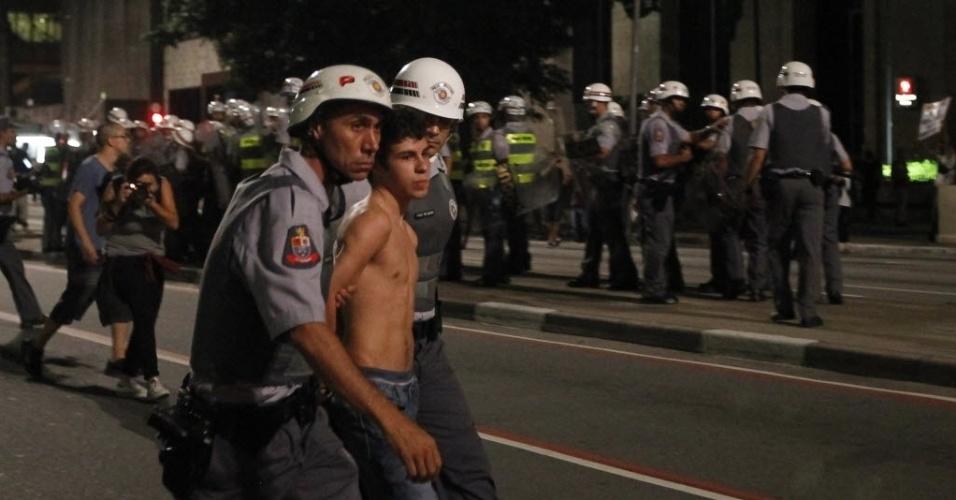 134.mar.2014 Manifestante é detido pela polícia durante protesto anti-Copa em SP