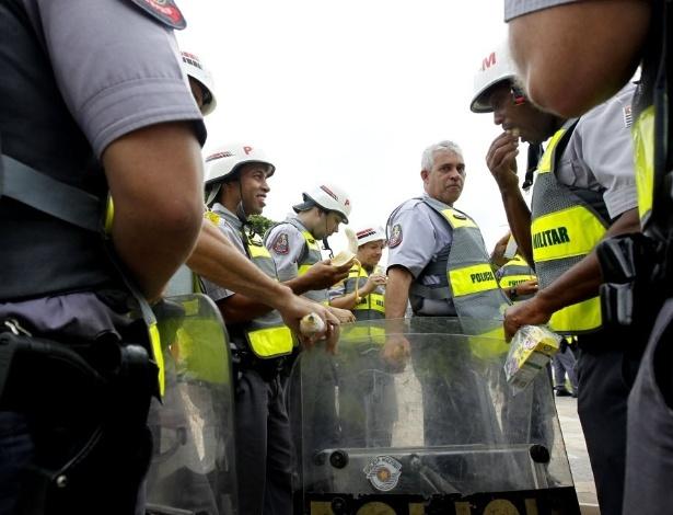 13.mar.2014 - Policiais se postam no Largo do Batata, antes do início de manifestação contra a Copa do Mundo em São Paulo