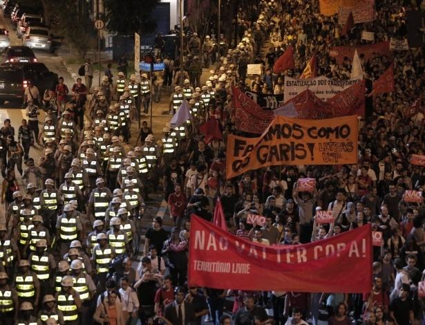 13.mar.2014 - Barreira policial acompanha manfestação anti-Copa em São Paulo