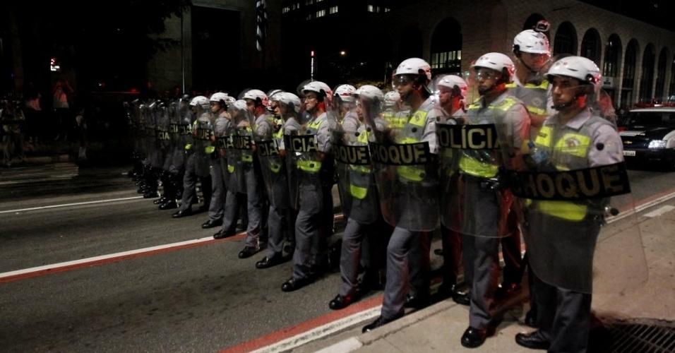 13.mar.2014 - Barreira policial é formada na avenida Paulista durante o protesto anti-Copa