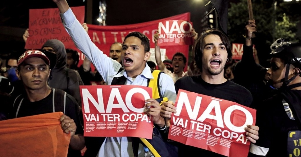 """13.mar.2014 - Cartazes de """"não vai ter Copa"""" são mostrados em protesto em SP"""