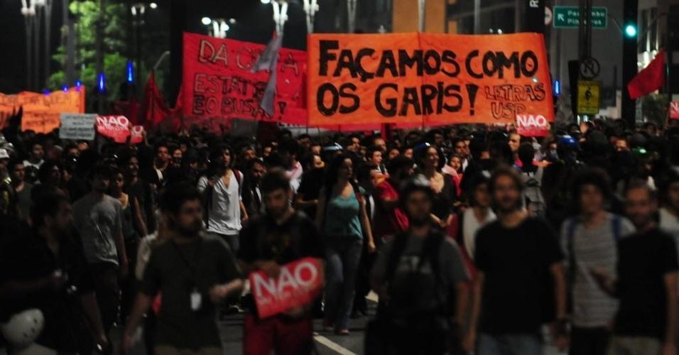 13.mar.2014 - Faixa lembra greve dos garis no Rio de Janeiro durante protesto contra Copa do Mundo em SP