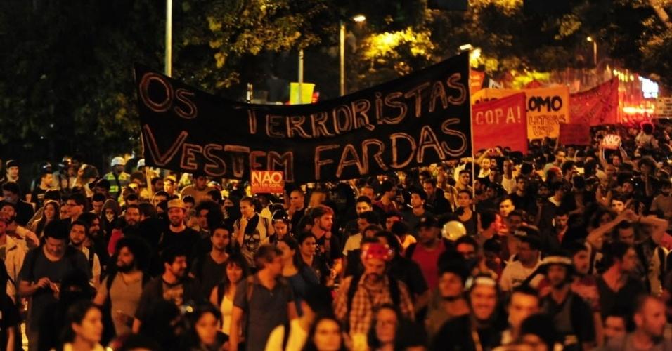 13.mar.2014 - Faixa protesta contra a polícia durante manifestação anti-Copa em SP