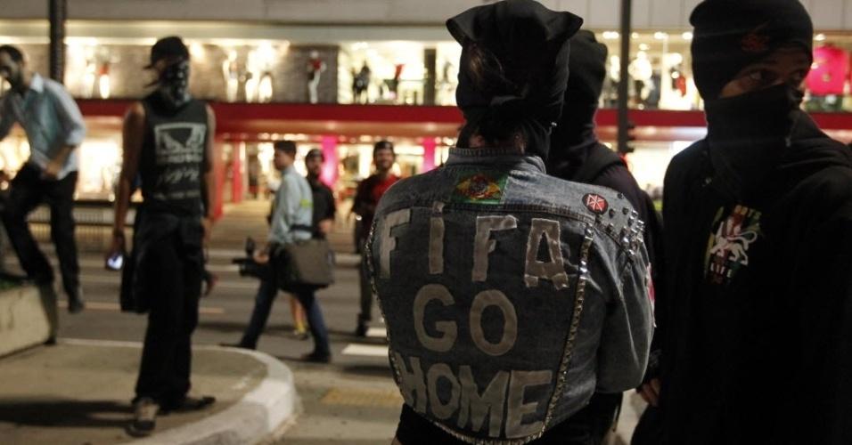 """13.mar.2014 - Manifestante anda com jaqueta com os dizerem """"Fifa go home"""", ou """"Fifa vá para casa"""""""
