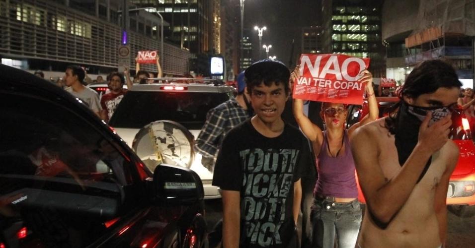 13.mar.2014 - Manifestantes caminham na avenida Paulista durante o protesto anti-Copa em SP