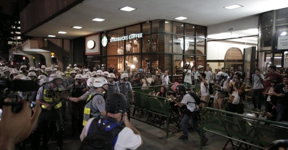 13.mar.2014 - Manifestantes e policiais durante protesto na avenida Paulista