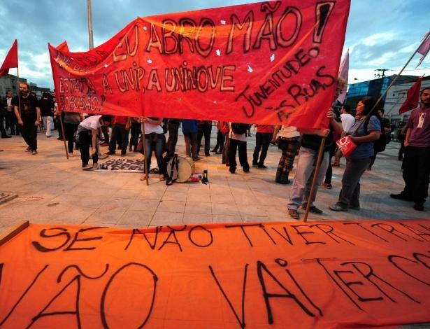 13.mar.2014 - Manifestantes levantam faixas contra a Copa do Mundo em protesto em São Paulo
