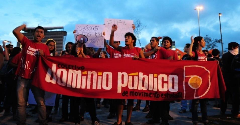13.mar.2014 - Manifestantes levantam faixas durante protesto contra a Copa do Mundo em São Paulo