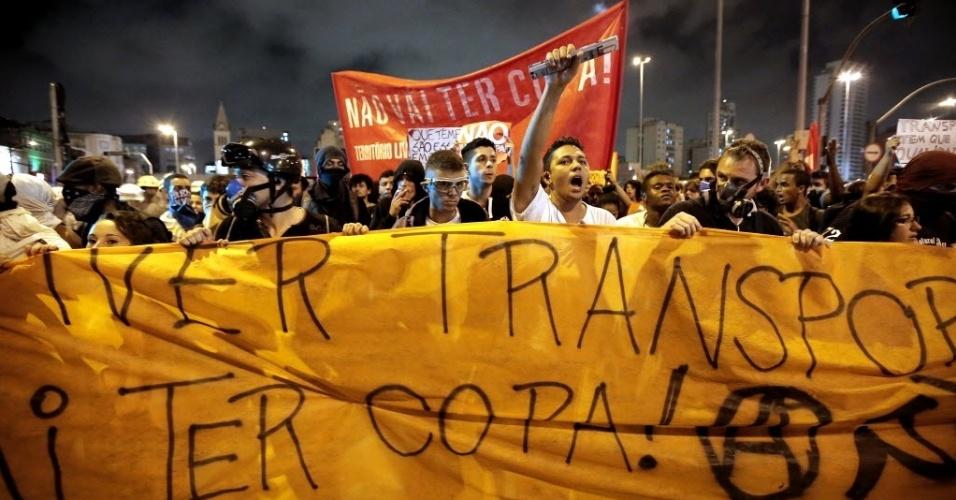 13.mar.2014 - Manifestantes pedem melhorias no transporte durante protesto contra a Copa em SP