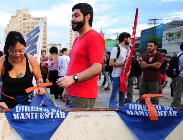 13.mar.2014 - Manifestantes preparam faixas antes do protesto anti-Copa em São Paulo