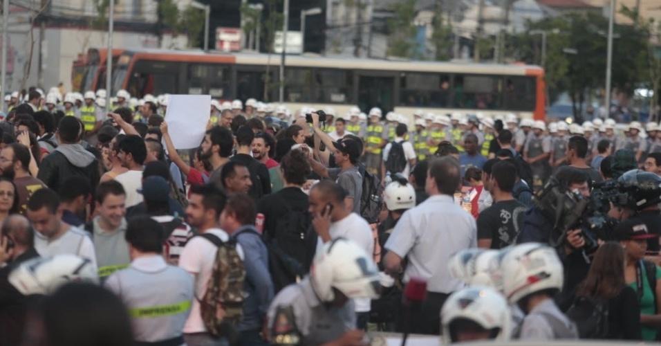 13.mar.2014 - Manifestantes se reúnem para protesto anti-Copa em São Paulo, enquanto são cercados por policiais