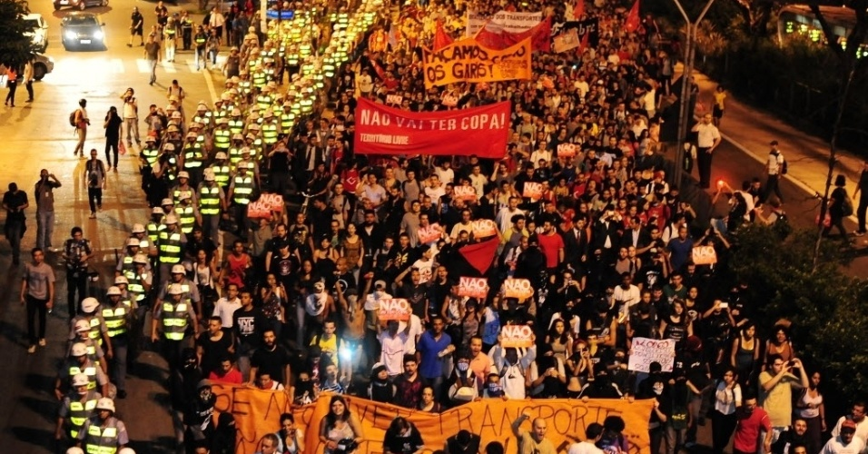 13.mar.2014 - Manifestantes vão em direção a avenida Paulista durante protesto anti-Copa em SP