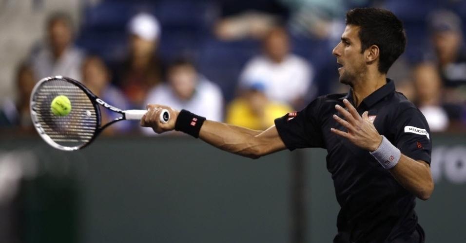 13.mar.2014 - Novak Djokovic golpeia a bola durante a sua vitória por 2 sets a 1 sobre o croata Marin Cilic no Masters 1000 de Indian Wells