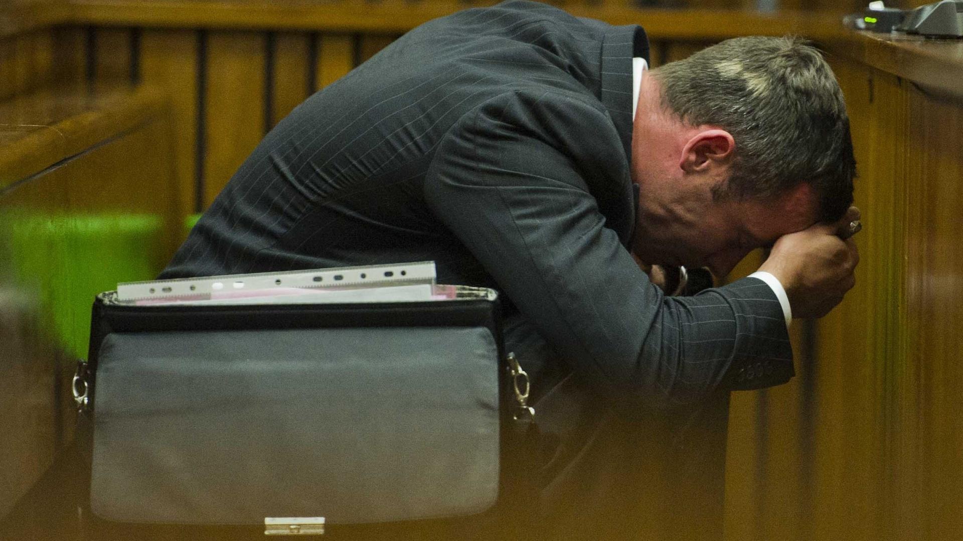 13.mar.2014 - Oscar Pistorius passa mal ao ver fotos da namorada durante julgamento pela morte da modelo Reeva Steenkamp