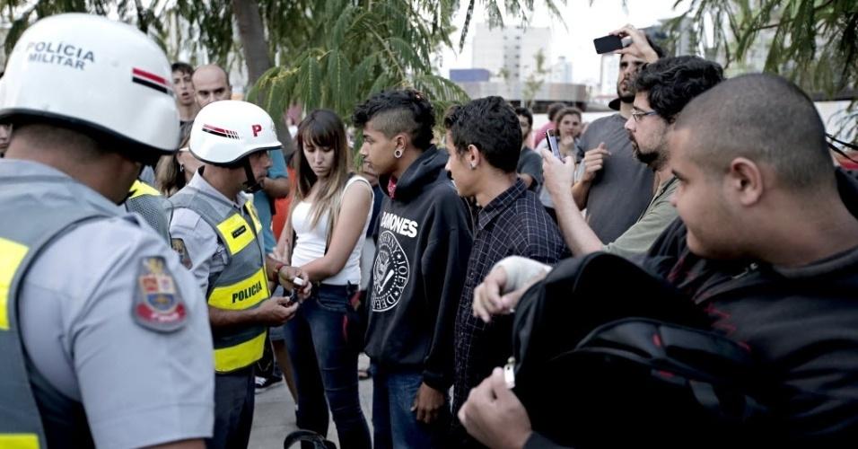 13.mar.2014 - Policiais conversam com manifestantes no protesto anti-Copa em São Paulo