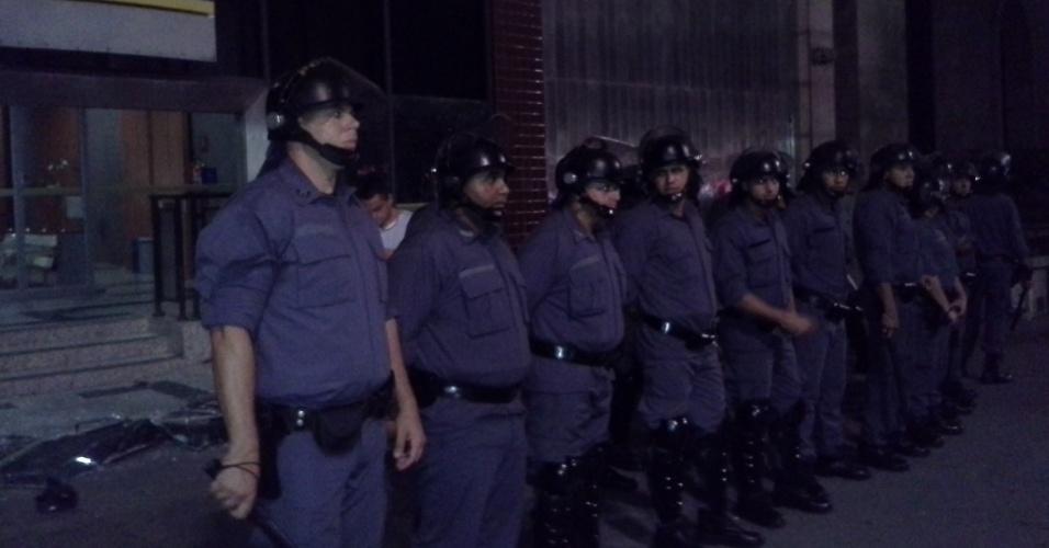 13.mar.2014 - Policiais da ?Tropa do Braço?, sem identificação, se posicionam na avenida Paulista durante protesto
